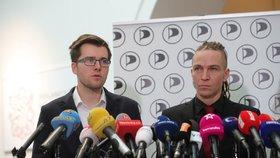 Tiskovka Pirátů, zleva: Jakub Michálek, Ivan Bartoš