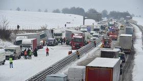 Dopravní nehoda kamionu na 204,5 km dálnice D1 ve směru na Prahu u Šlapanic na Brněnsku. Na jižní Moravě kvůli sněžení nastal kalamitní stav v dopravě, v kraji se už stalo nejméně 20 nehod.