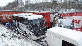 Na dálnici D1 na Vysočině havarovalo v jednom místě 40 aut, posádky mnoha z nich musely přes noc zůstat v uvízlých autech.