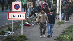 Migranti potulující se kolem Calais