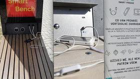 Obstály chytré lavičky v Praze? Lidé je nejvíce využívají pro připojení na internet, ale dobíjí si pomocí nich i telefony
