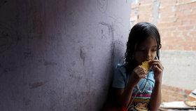 Takřka tři sta tisíc venezuelských dětí trpí podvýživou a hrozí jim smrt.