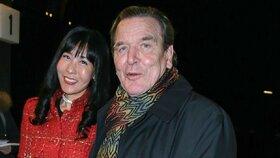Bývalý německý kancléř Gerhard Schröder a jeho nová partnerka, jihokorejská manažerka Kim So-jon