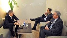 Český předseda vlády v demisi Andrej Babiš (vlevo) zahájil 25. ledna 2018 setkáním s lucemburským premiérem Xavierem Bettelem (uprostřed) a lucemburským ministrem financí Pierrem Gramegnou svůj program na Světovém ekonomickém fóru v Davosu.