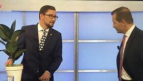 Zemanův mluvčí Jiří Ovčáček si do debaty na TV Barrandov přinesl fíkus.