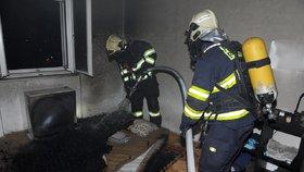 V hořícím bytě na Žižkově uvízly dvě kočky: Z plamenů je vysvobodili hasiči