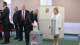 Prezident Miloš Zeman dorazil volit ve 2. kole prezidentské volby s manželkou Ivanou.