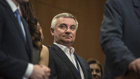 Hradní kancléř Vratislav Mynář sice stále nemá bezpečnostní prověrku, zato ale podle zpráv chodí za soudci