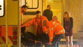 Záchranáři odvážejí novináře Milana Rokytku z volebního štábu Miloše Zemana (27. 1. 2018). Podle mluvčí záchranky sehrál roli v jeho stavu alkohol.