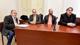 Češi unesení v Libanonu požadovali 40 milionů od státu. Na snímku zleva jsou advokát Jan Švarc, reportér Miroslav Dobeš, tlumočník a překladatel Adam Homsi a novinář Pavel Kofroň v soudní síni (30. 1. 2018)