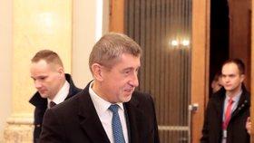 Andrej Babiš zavedl pro novináře novinku. Příchody ministrů točí uvnitř Strakovy akademie, ve vstupní aule byly na konci ledna také koblihy a káva.