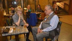 Karel Schwarzenberg ve společnosti mladé blondýnky