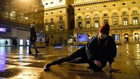 Zombie na náměstí Václava Havla? Neuvěřitelně pomalí tanečníci lákali na výstavu fotografa Brtnického