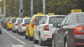 Taxikáři v minulých měsících uspořádali proti alternativním taxislužbám desítky protestů. Požadují, aby dodržovaly stejné podmínky jako oni