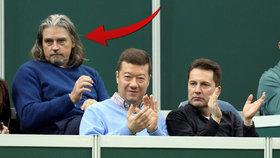 Únorový zápas Fed Cupu sledovali nedaleko od sebe šéf SPD Tomio Okamura a miliardář David Beran. Po Okamurově levici jeho dlouholetý kamarád Otto Ledvinka.