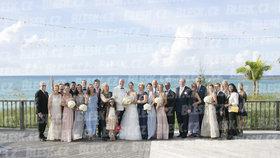 Bývalý »pirát« loni v září na svatbě v bahamské metropoli Nassau. Nechyběly jeho dcery Jenny (zcela vpravo) a Brigitte (třetí zprava).