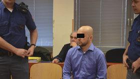 Učitele Jaroslava D., obžalovaného za sňatkové podvody, přivedla k soudu eskorta z vazební věznice.