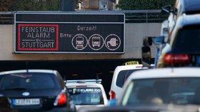 Cedule varující před smogovou situací a nabádající řidiče, aby radši využili MHD nebo další způsoby přepravy, ilustrační foto.