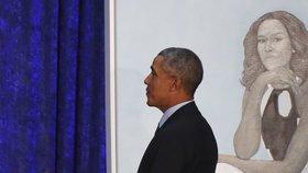 Bývalý prezident USA Barack Obama s obrazem své manželky Michelle