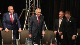 """ONLINE: """"Nebuďte stranou podrazáků!"""" Zeman radí ČSSD vládu, strana volí šéfa"""