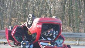 Řidič na D7 obrátil auto na střechu: Dětské sedačky vypadly na silnici. Test na alkohol odmítl