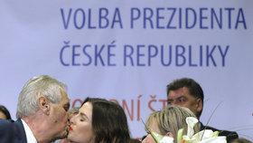 Miloš Zeman líbá ve svém štábu dceru Kateřinu po vítězství ve 2. kole prezidentské volby.