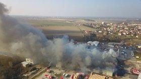 Mohutný požár mrazíren v Mochově pokračuje. V noci hasičům zamrzala technika