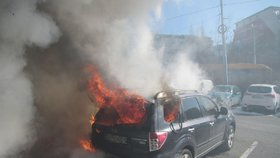 Ničivý požár ve Zlíně: Tři auta v plamenech a škoda stovky tisíc korun