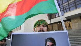 Demonstrace podporovatelů kurdského politika Sáliha Muslima před soudem v Praze