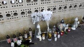 Lidé za zavražděného investigativního novináře zapalují svíčky i u jeho domu.