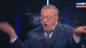 Kandidát na ruského prezidenta Vladimir Žirinovskij urážel v televizní debatě svou soupeřku Xeniju Sobčakovou. Ta si to nenechala líbit a chrstla mu vodu do tváře
