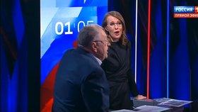 Vladimir Žirinovskij urážel v předvolební diskusi bývalou moderátorku Xeniji Sobčakovou. Kandidátka na prezidenta si to od soupeře nenechala líbit a chrstla mu do obličeje vodu.