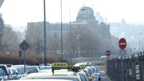 1. března kroužili taxikáři kolem úřednických budov.