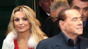 Berlusconi den před italskými volbami agitoval, otec jeho přítelkyně podporuje konkurenci.