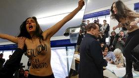 """Po Zemanovi a Putinovi i Berlusconi: """"Sextremistka"""" Femen před ním u voleb vyskočila na stůl."""