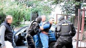 Zatčení Italů v Česku: Policie zadržela člena italské Cosy Nostry Luigiho Putroneho v roce 2006.