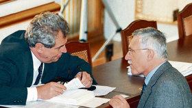1997: Klaus jako premiér hovoří s šéfem sněmovny Zemanem.
