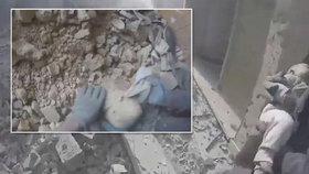 Z trosek domu v syrské Ghútě vytáhli živou holčičku.