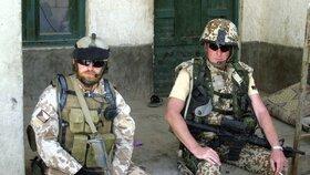 Milan Štěrba (vlevo) s dánským kolegou při krátkém odpočinku v Afghánistánu (březen 2008)