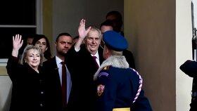 Prezident s manželkou po inauguraci zdraví své příznivce (8. 3. 2018).