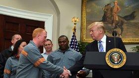 Trump oznámil zavedení cel na ocel a hliník.