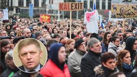 """""""Fico se bojí basy,"""" znělo na slovenských protivládních protestech. Fico vzkázal, že chce v zemi klid a udržet koalici."""
