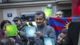 Před čínskou ambasádou v Dejvicích se sešly stovky lidí. Happening podpořil Tibet