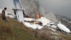 Na letišti v Nepálu havarovalo letadlo s 67 cestujícími. Některé se podařilo zachránit.