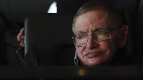 Nejdéle s nemocí přežil světoznámý astrofyzik Stephen Hawking. Doktoři mu nemoc diagnostikovali v 21 letech, nakonec se dožil důstojných 76 let
