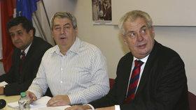 Šéf komunistů Vojtěch Filip (uprostřed) a prezident Miloš Zeman
