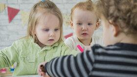 Debata v Senátu se strhla zejména o povinnosti školek zajistit místa i pro mladší než tříleté děti, která by podle účinného znění zákona nastala od roku 2020.