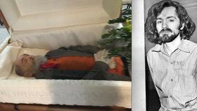 Bestiálního vraha Charlese Mansona na pohřbu vystavili v otevřené rakvi.