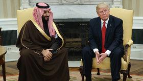 Korunní saúdský princ Mohamed bin Salmán během zahraniční cesty do USA (na archivní fotce z předchozího jednání s Trumpem) slíbil, že v reformách země bude pokračovat.