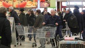 Lidé čekali ve frontě v Kauflandu na Praze 7